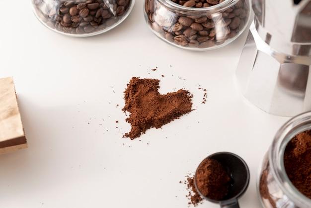 Forma de coração feita de pó de café Foto gratuita