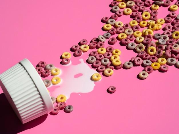 Forma de cupcake preenchida com loops de cereais de frutas Foto gratuita