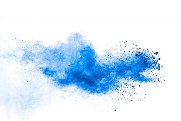 Formas bizarras de pó azul explodem nuvem sobre fundo branco. Foto Premium