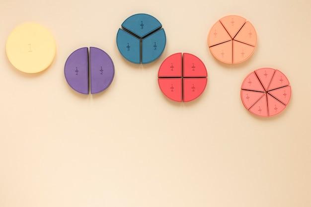 Formas geométricas coloridas com frações de matemática Foto gratuita