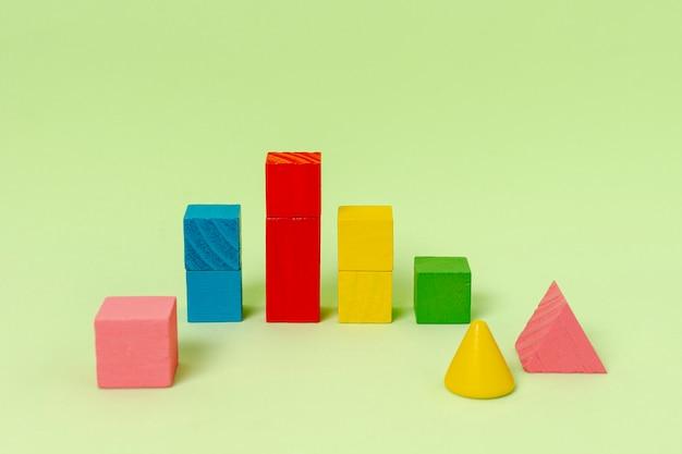 Formas geométricas para planejamento financeiro sobre fundo verde Foto gratuita