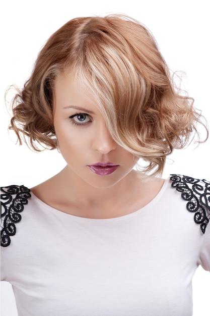 Forme o retrato de uma mulher loura bonita com bordos vermelhos. Foto Premium