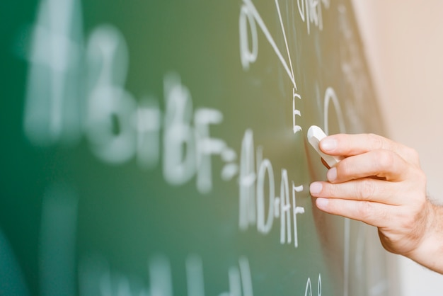 Fórmula de escrita de professor de matemática envelhecido na lousa Foto gratuita
