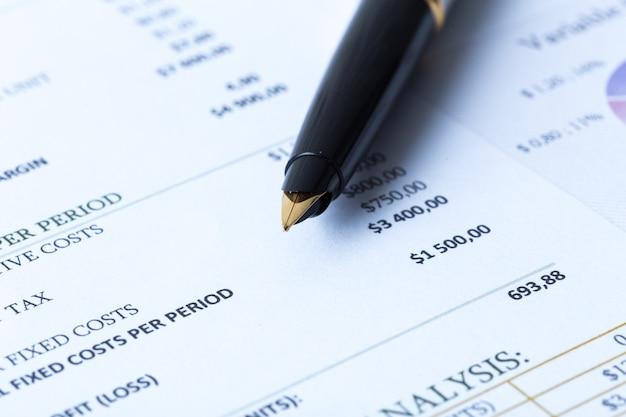 Formulário de imposto de renda e caneta Foto Premium