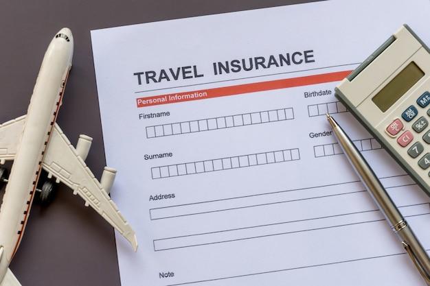 Formulário de seguro de viagem com modelo e documento de apólice Foto Premium