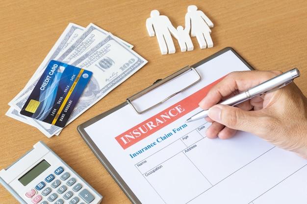 Formulário de seguro de vida familiar com modelo e documento de apólice Foto Premium