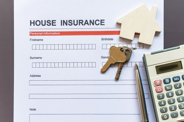 Formulário de seguro residencial com modelo e documento de apólice Foto Premium