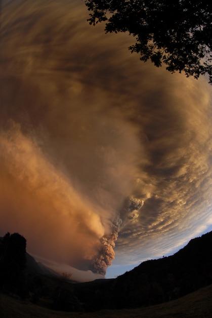 Forte tempestade de vento nas montanhas ao anoitecer Foto gratuita