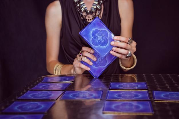 Fortune teller prevendo o futuro com cartas de tarô Foto Premium