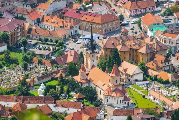 Foto aérea da igreja de são nicolau em brasov Foto Premium