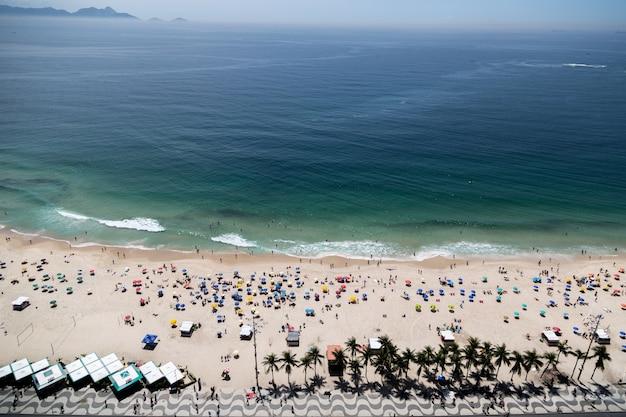 Foto aérea da praia de copacabana no rio de janeiro, brasil lotada de gente Foto gratuita