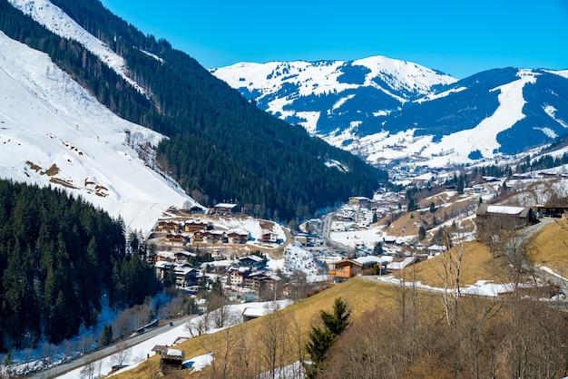Foto aérea da vila dos alpes austríacos durante um dia de inverno Foto gratuita