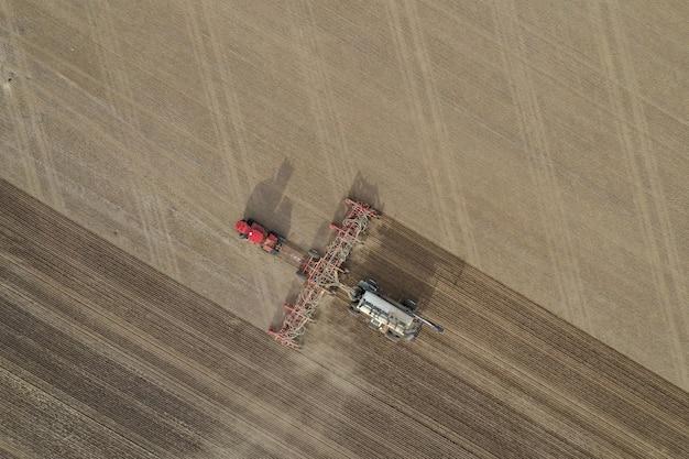 Foto aérea de máquina de fertilizante em um campo agrícola durante o dia Foto gratuita