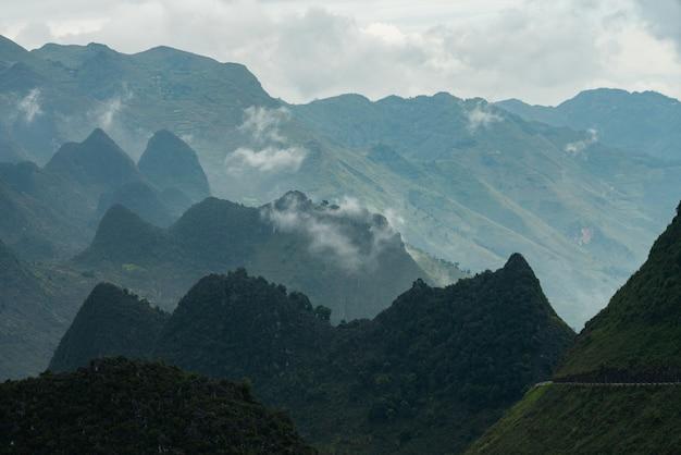 Foto aérea de um belo cume sob as nuvens no vietnã Foto gratuita