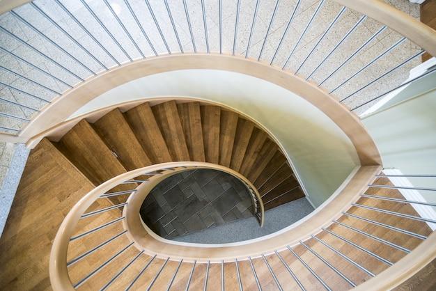 Foto aérea de uma escada em espiral de madeira em uma casa moderna Foto gratuita