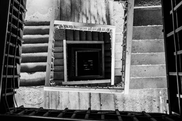Foto aérea de uma escada em espiral em preto e branco Foto gratuita