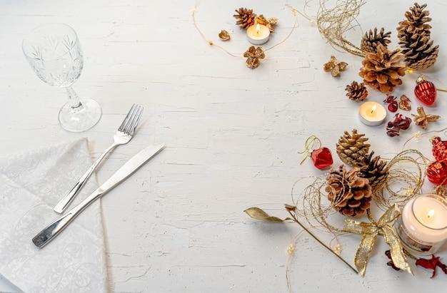 Foto aérea de uma mesa de jantar rústica de natal colorida com decorações e espaço para texto Foto gratuita