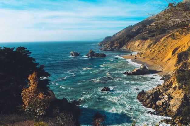 Foto aérea do belo oceano com falésias íngremes rochosas de ambos os lados Foto gratuita