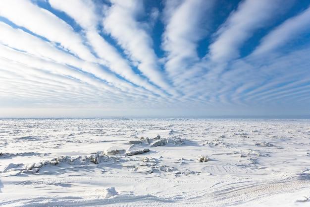 Foto aérea do mar congelado no círculo polar ártico perto de barrow, alasca Foto gratuita