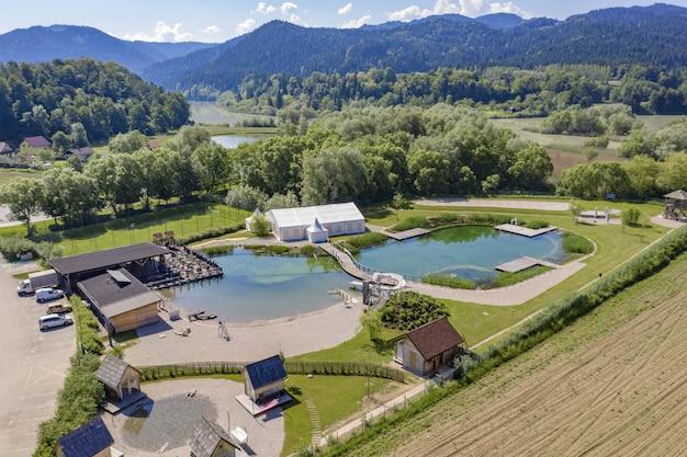 Foto aérea do resort green e do parque aquático perto do rio drava, na eslovênia Foto gratuita