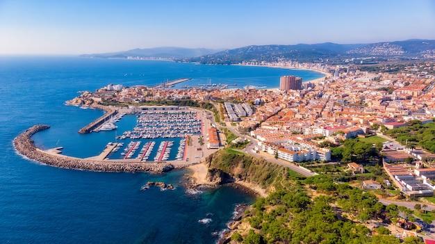 Foto aérea drone da pequena cidade espanhola palamos na costa brava Foto Premium