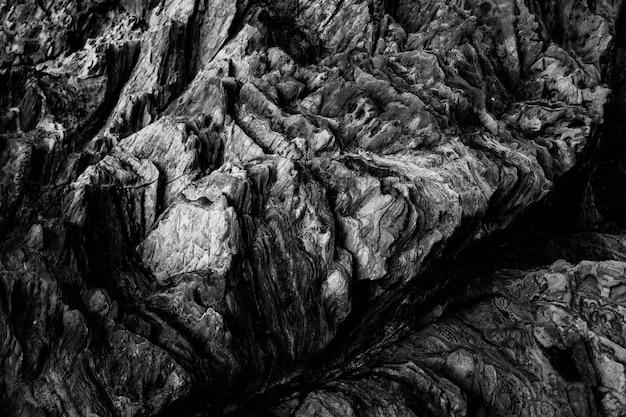 Foto aérea em escala de cinza dos padrões de tirar o fôlego nas falésias rochosas Foto gratuita