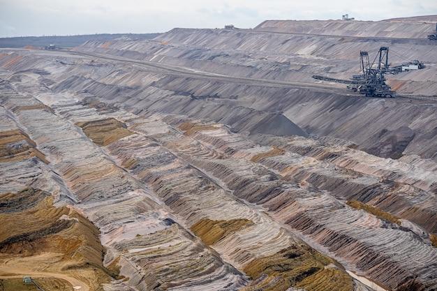 Foto ampla de um campo de mineração com uma estrutura industrial Foto gratuita