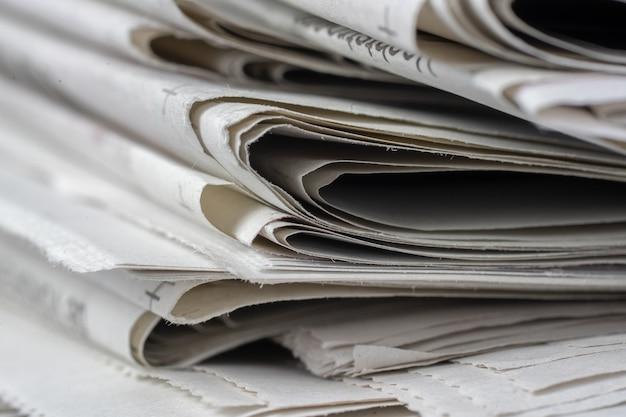 Foto aproximada de jornais empilhados uns em cima dos outros Foto gratuita