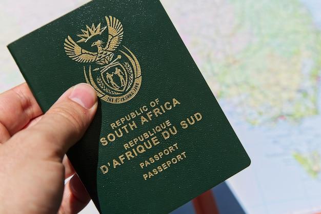 Foto aproximada de uma pessoa segurando o passaporte da república da áfrica do sul Foto gratuita