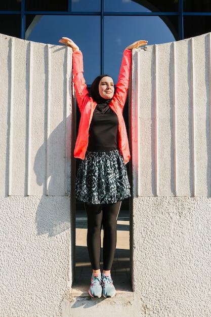 Foto completa de mulher vestindo jaqueta vermelha Foto gratuita