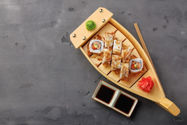 Foto da vista superior de sushi roll com lascas de atum servidas no prato Foto Premium