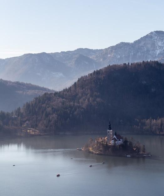Foto da vista superior de uma colina straza e uma pequena ilha no meio de um lago bled em bled, eslovênia Foto gratuita