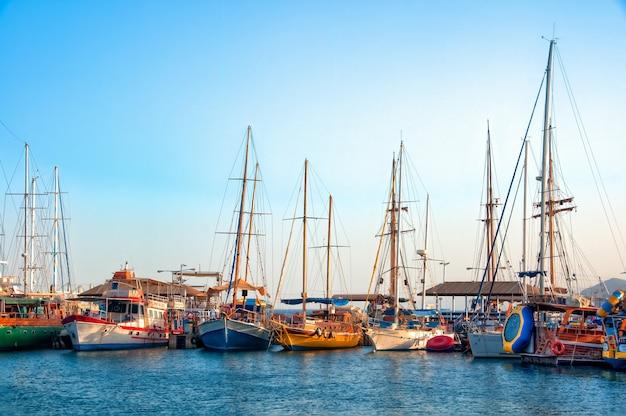 Foto de alto ângulo de lindos barcos estacionados na água pura durante o dia Foto gratuita