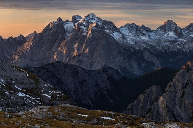 Foto de alto ângulo do belo nascer do sol sobre os alpes italianos na itália Foto gratuita