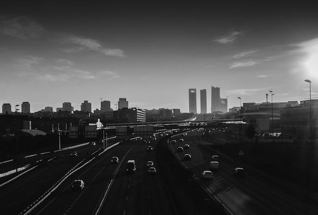 Foto de alto ângulo em tons de cinza de uma rodovia com muitos carros em madrid, espanha Foto gratuita