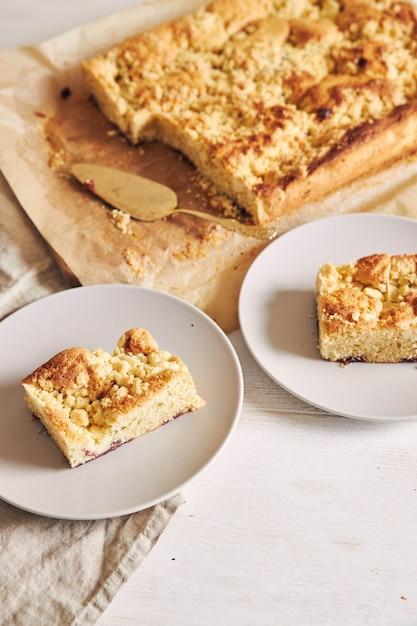 Foto de ângulo alto de pedaços do delicioso bolo de folha de jerry crumble em uma mesa de madeira branca Foto gratuita