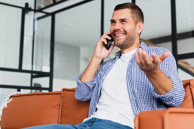 Foto de baixa visão do homem falando ao telefone Foto gratuita