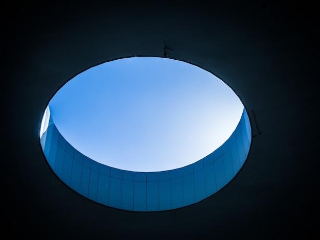 Foto de baixo ângulo de um buraco dentro de um edifício Foto gratuita