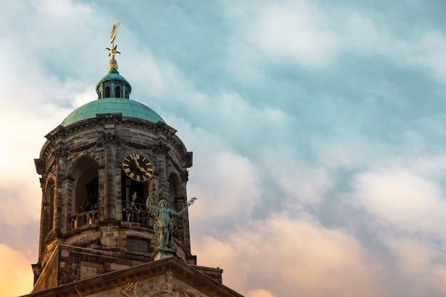 Foto de baixo ângulo do palácio real na praça dam em amsterdã, holanda Foto gratuita