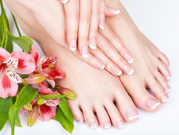 Foto de close de uma mulher em um salão de spa no procedimento de pedicure e manicure - imagem de foco suave Foto gratuita