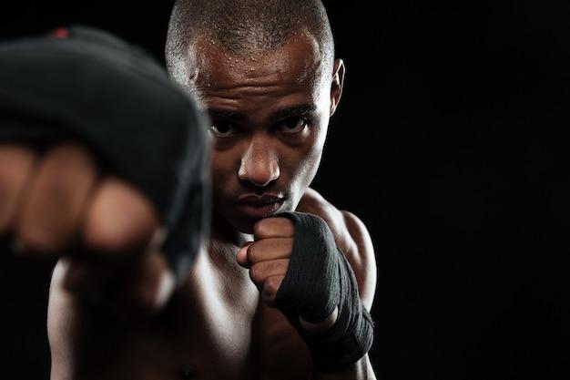 Foto de close-up de boxer afro-americano, mostrando os punhos Foto gratuita