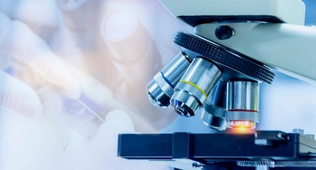 Foto de close-up de equipamento de microscópio com lente de metal no laboratório microbiológico Foto Premium