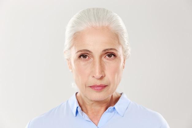 Foto de close-up de mulher idosa séria Foto gratuita