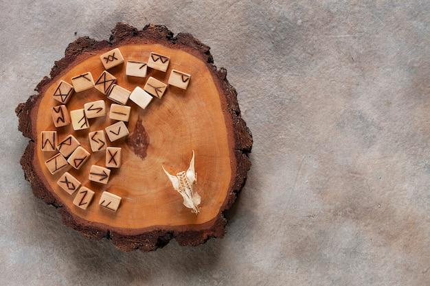 Foto de close-up de runas, adivinhação, símbolos mágicos. Foto Premium