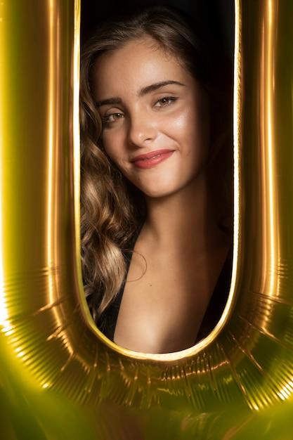 Foto de close-up de uma linda garota e moldura dourada Foto gratuita