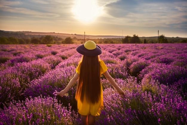 Foto de cor brilhante de uma garota ao pôr do sol. Foto Premium