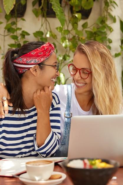 Foto de duas mulheres alegres com sorrisos Foto gratuita