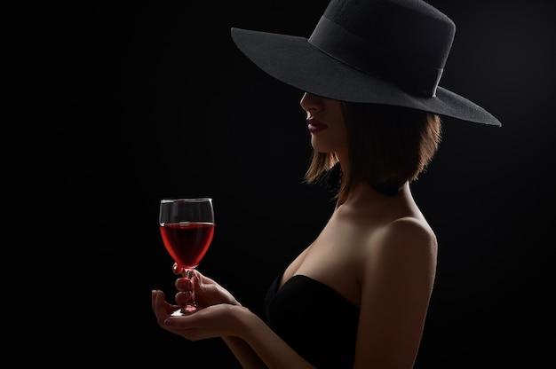 Foto de estúdio de uma mulher misteriosa em um vestido preto e um ...