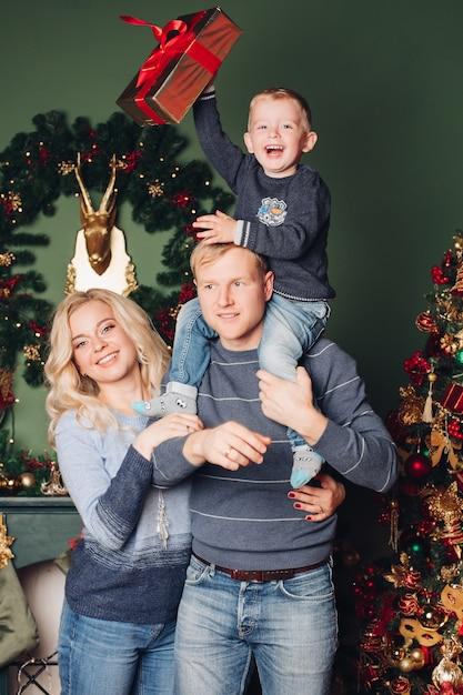 Foto de família, pai, filho e mãe de natal Foto Premium