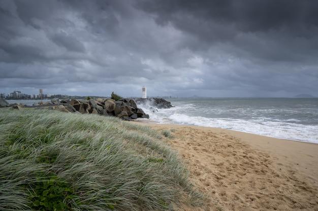 Foto de grande angular da sunshine coast de queensland, austrália, sob um céu nublado Foto gratuita
